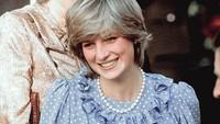 Di bulan yang sama dari foto sebelumnya, tepat pada 20 April 1982, Putri Diana saat mengunjungi St Mary's. Ia mengenakan baju hamil biru polkadot rancangan desainer asal Prancis, Catherine Walker. (Foto: Instagram @princessdianadiary)