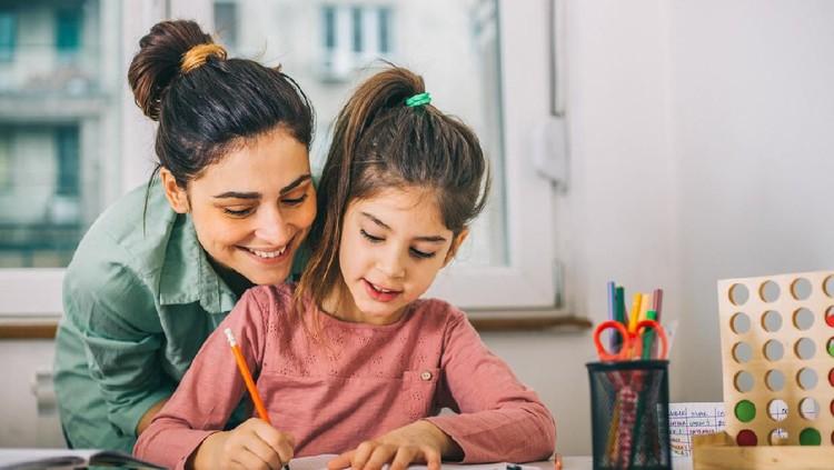 Selama pandemi Corona, Bunda pusing dampingi anak belajar di rumah? Coba deh simak tips berikut ini, supaya belajar lebih efektif.