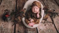 "<p>Aaahh lucu banget! Baby Guinandra lengkap pakaian adat Jawa, beskap dan blangkon. Di foto ini, Vicky menulis: ""Oh ya arti nama ku adalah putra yang penuh dengan anugrah, pintar, sentosa dan berbudi pekerti baik. Begitulah doa dari kedua orang tuaku. Amin."" (Foto: Instagram @vickyshu)</p>"