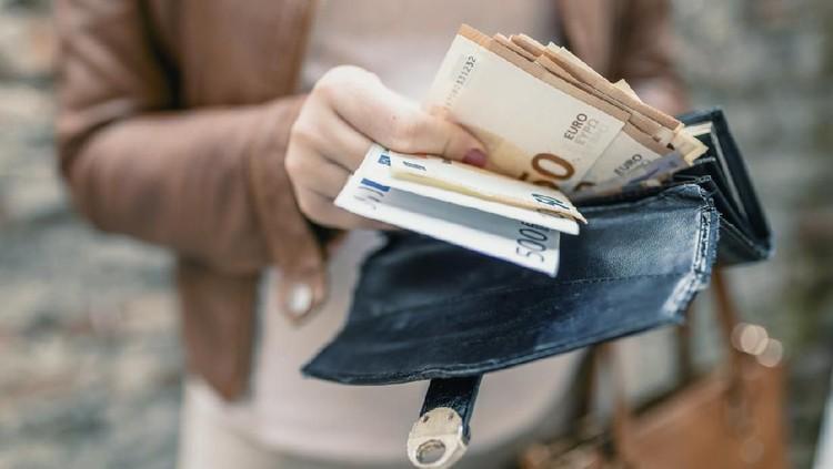 Jika harus pakai uang biasa, Bunda jangan lupa segera cuci tangan untuk menghindari penyebaran virus corona ya. Uang ternyata bisa jadi perantara virus.