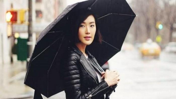 Dari Mulai Makeup Hingga Outfit, Coba Tips Ini untuk Tetap Cantik Bebas Lusuh Saat Hujan!