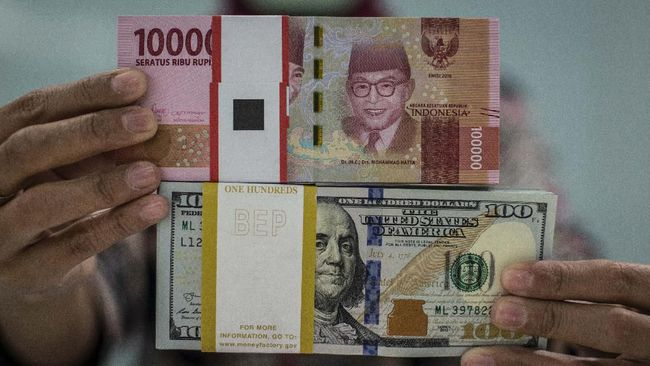Karyawan menunjukkan uang rupiah dan dolar AS di Kantor Cabang Plaza Mandiri, Jakarta, Rabu (18/3/2020). Berdasarkan kurs referensi Jakarta Interbank Spot Dollar Rate (JISDOR) pada Rabu (18/3) hingga pukul 10.09 WIB, nilai tukar rupiah melemah 140 poin atau 0,93 persen ke posisi Rp15.223 per dolar AS. ANTARA FOTO/Aprillio Akbar/wsj.