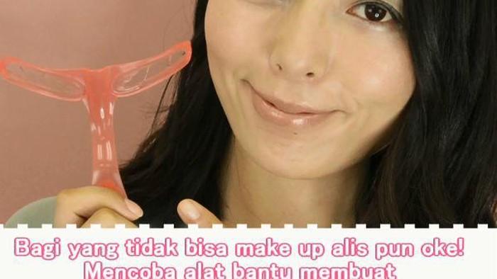 Bagi yang tidak bisa make up alis pun oke! Mencoba alat bantu membuat alis yang sangat praktis
