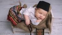 <p>Duh, ganteng banget sih baby Guinandra pakai peci. Ini waktu masih berusia 1 minggu, Bunda. Bikin gemas! (Foto: Instagram @vickyshu)</p>