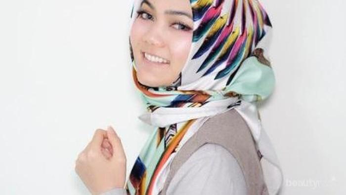 Ini Dia Inspirasi Tampil Kece dengan Hijab Segiempat Satin yang Populer!