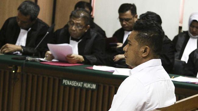 Terdakwa kasus penyiraman air keras kepada penyidik KPK Novel Baswedan, Rahmat Kadir Mahulette menjalani sidang dakwaan di Pengadilan Negeri Jakarta Utara, Jakarta, Kamis (19/3/2020). Kedua terdakwa Ronny Bugis dan Rahmat Kadir Mahulette didakwa melakukan penganiayaan berat terencana dengan hukuman maksimal 12 tahun penjara. ANTARA FOTO/Rivan Awal Lingga/wsj.