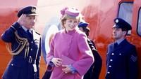 Foto ini diambil saat Putri Diana baru mendarat dengan helikopter di Wales, untuk menghadiri pembukaan Sony Factory pada 7 April 1982. Ia tengah hamil Pangeran William sekira 7 bulan. (Foto: Instagram @princess.diana.forever)