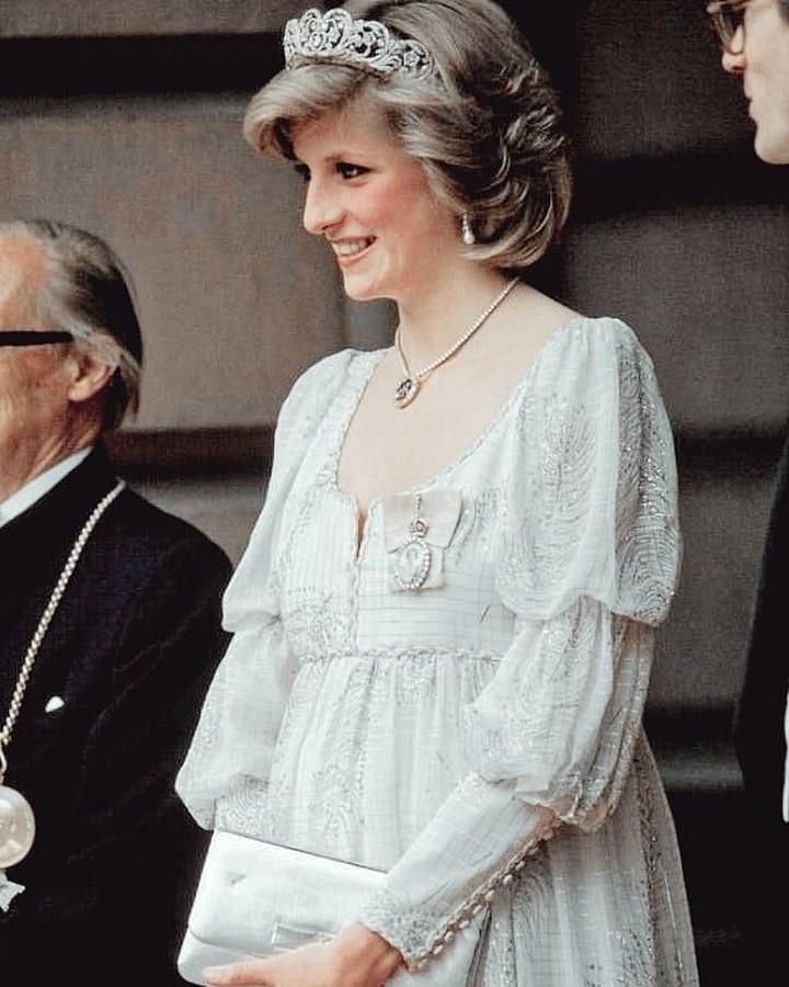 Gaya busana Putri Diana memang selalu menarik perhatian publik. Tak terkecuali outfit saat ia hamil Pangeran William dan Pangeran Harry. Simple and chic!