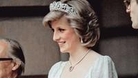 Kalau ini foto saat Putri Diana hamil anak kedua, Pangeran Harry, pada 1984. Princess of Wales terlihat sangat cantik mengenakan gaun putih dengan tiara yang menghiasi kepalanya, saat acara Royal Academy. (Foto: Instagram @princessdianadiary)
