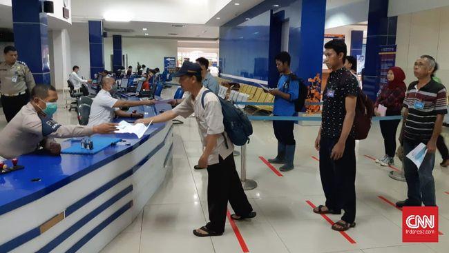 Pembuatan Surat Izin Mengemudi (SIM) di Jakarta sedikit berbeda dari biasanya. Antar sesama pemohon kini tidak diperkenankan berdekatan dan diberi jarak satu meter.