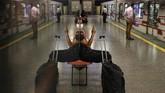 Potret kesunyian di sudut-sudut dunia yang berlawanan dengan keramaian di belahan bumi lain mewarnai foto piliihan CNNIndonesia.com pekan ini.