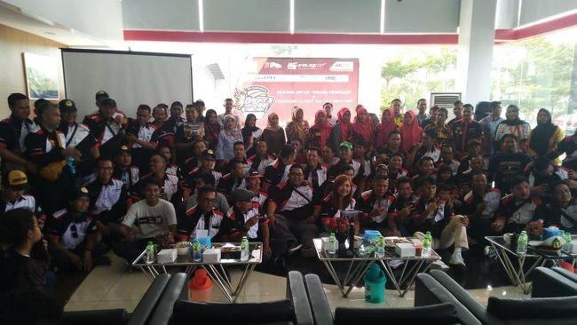 Velozity merayakan ulang tahun ke-8 di Bandar Lampung, dua mobil hybrid Toyota, Camry dan C-HR, turut serta dalam acara ini.