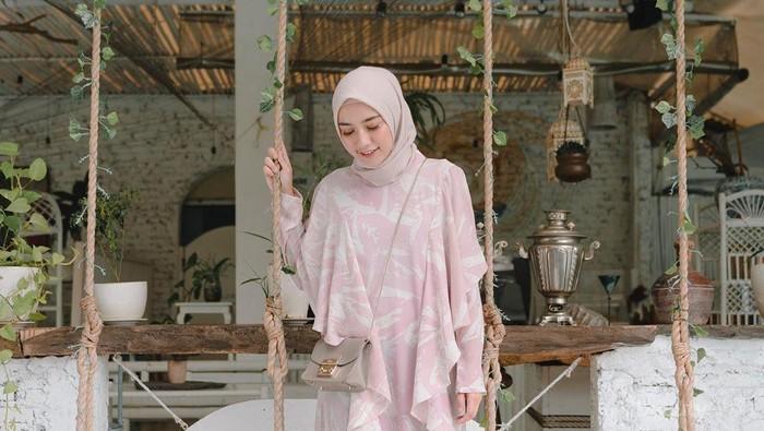 Simpel dan Manis, Perpaduan Warna Pastel untuk Outfit Hijab Ini Wajib Kamu Coba