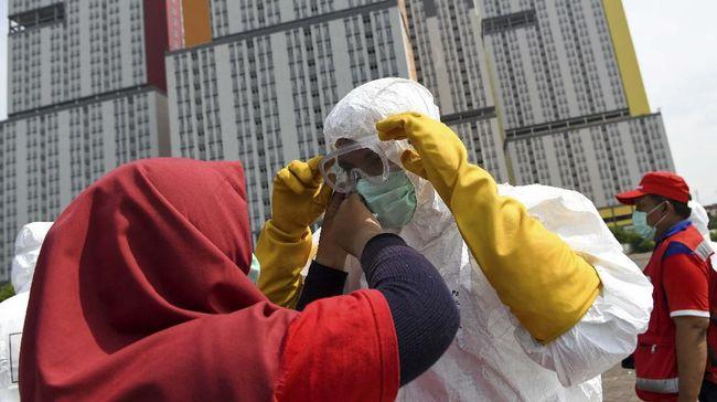 Petugas Palang Merah Indonesia (PMI) bersiap untuk melakukan penyemprotan cairan disinfektan pada Wisma Atlet di Kemayoran, Jakarta, Sabtu (21/3/2020). Pemerintah menyiapkan Wisma Atlet Kemayoran sebagai rumah sakit darurat penanganan virus COVID-19 serta akan menjadi rumah isolasi bagi pasien yang rencannya akan digunakan pada hari ini, Sabtu (21/3/2020). ANTARA FOTO/M Risyal Hidayat/hp.
