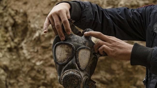 Petani yang kembali ke desa Baghouz, Suriah, menemukan sejumlah yang benda diyakini sisa pertempuran anggota ISIS.