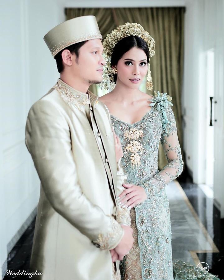 Setelah menjalin hubungan cukup lama, Syamsir Alam dan Bunga Jelitha resmi menikah. Intip foto-foto pernikahan keduanya yang sakral berikut ini, Bunda.