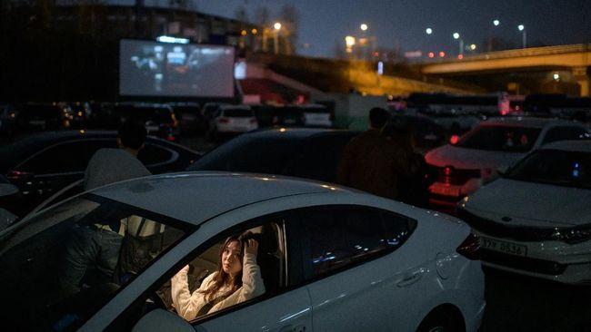 Bioskop kendara atau drive-in cinema menuai cuan berkat bioskop konvensional tutup akibat wabah corona di Korea Selatan.