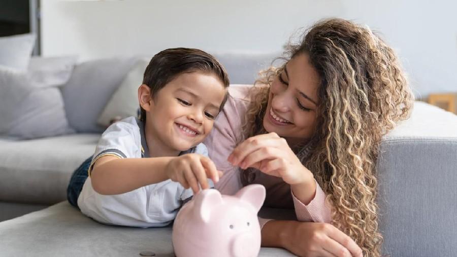 4 Kesalahan Orang Tua Saat Mengenalkan Uang pada Anak