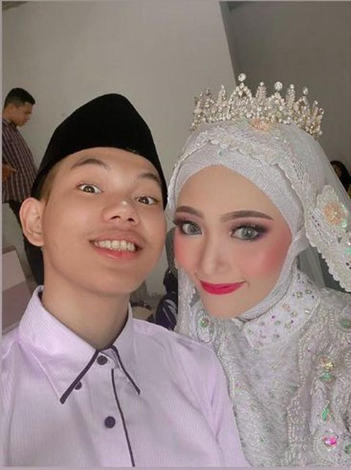 Penyanyi Tegar Septian resmi menikahi kekasihnya, Sarah Sheila Kamilia, beberapa waktu lalu. Yuk lihat potret pasangan yang menikah muda ini, Bun.