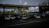 Bioskop kendara alias drive-in cinema menuai untung kebanjiran penonton usai bioskop konvensional tutup karena wabah Covid-19.