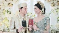 <p>Momen pernikahan ini menjadi yang paling ditunggu-tunggu Syamsir dan Bunga, setelah sekitar dua tahun berpacaran. Selamat berbahagia... (Foto: Instagram @mozawahyu)</p>
