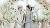 <p>Pesepakbola Syamsir Alam resmi menikahi kekasihnya, Puteri Indonesia 2017 Bunga Jelitha, pada Sabtu (21/3/2020). (Foto: Instagram @syamsir11alam)</p>