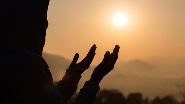 Selain menjaga jarak, salah satu hal yang diimbau kepada masyarakat adalah tetap di rumah untuk menjalankan ibadah. Berikut isi imbauan tersebut.