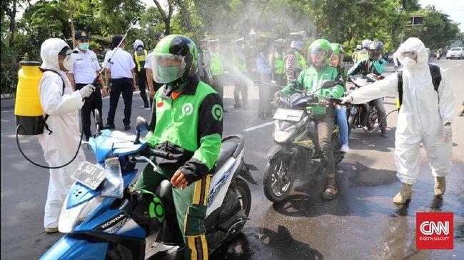 Pembatasan Sosial Berskala Besar (PSBB) hari ini, (10/4) berimbas pada hilangnya layanan ojol bawa penumpang dari aplikasi Gojek dan Grab Indonesia.