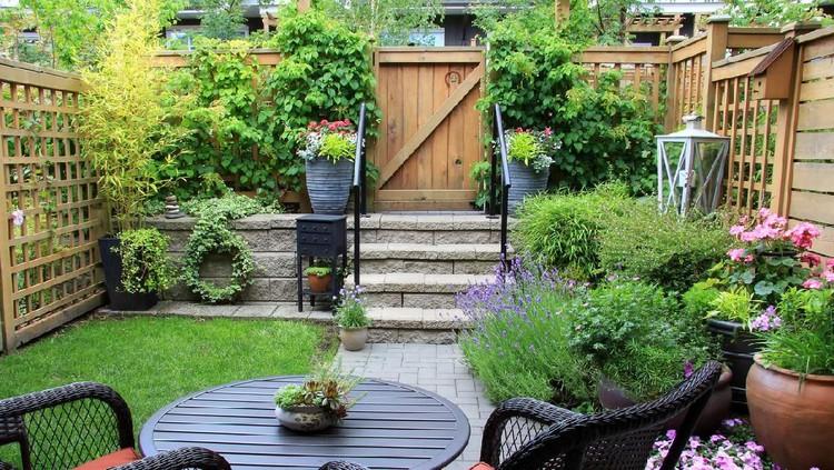 Taman di rumah minimalis dapat membuat suasana menjadi cozy dan sejuk, Bunda. Meski lahan sedikit, kita tetap bisa kok membuat taman yang indah.