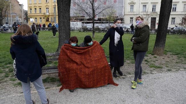 Warga kota Zagreb beristirahat di taman kota, menunggu situasi aman untuk kembali ke rumah masing-masing. (AP Photo/Darko Bandic)