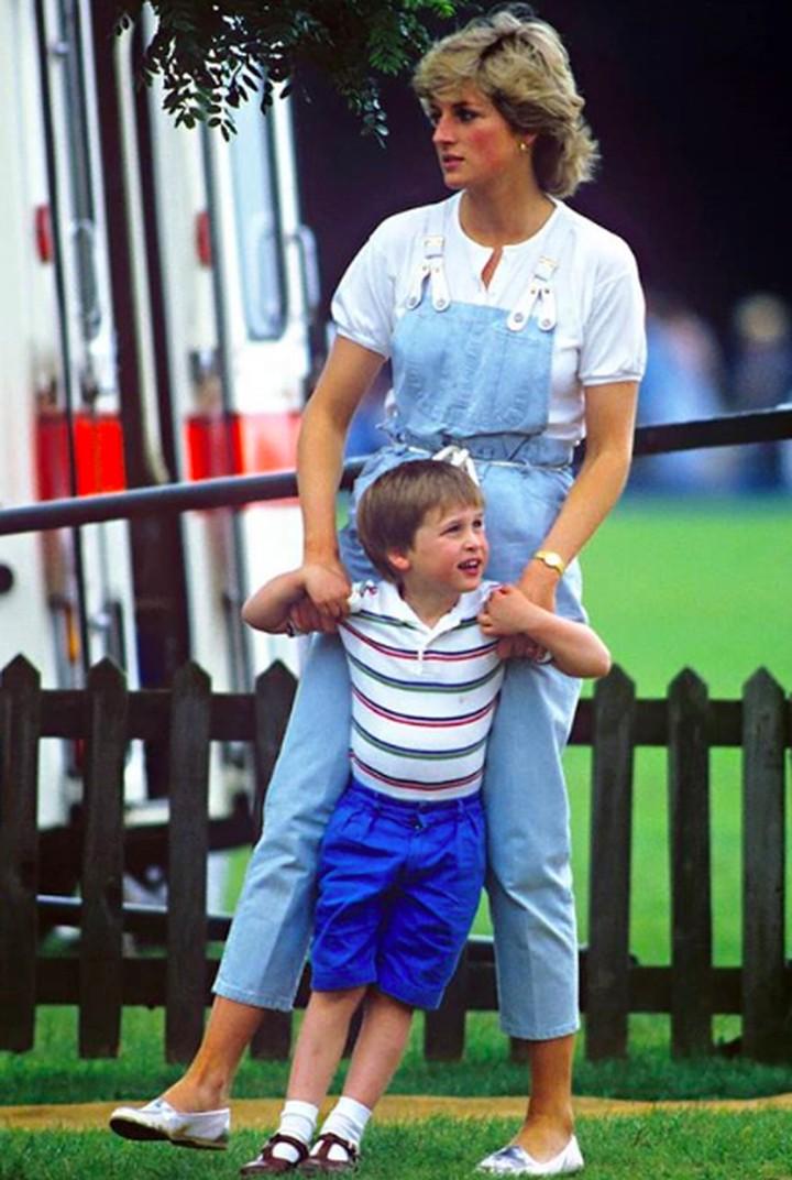 Mendiang Putri Diana meninggalkan banyak kenangan, terutama bagi kedua putranya, Pangeran William dan Pangeran Harry. Berikut deretan momen sejak mereka bayi.