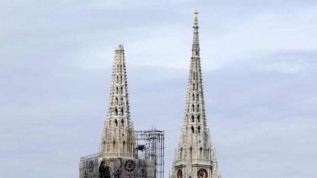 Gempa besar itu juga merusak salah satu katedral ikonis di kota Zagreb. Gereja yang sama juga pernah mengalami kerusakan parah pada gempa bumi di 1880 silam. (AP Photo/Darko Bandic)