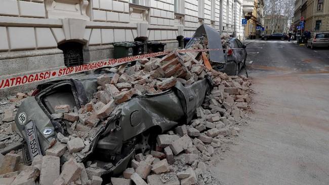 Gempa ini terjadi ketika pemerintah Kroasia sedang memberlakukan penutupan akses (lockdown) sebagian untuk mencegah penyebaran virus corona. (AP Photo/Darko Bandic)