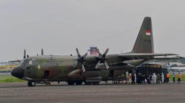 TNI mengambil alat-alat kesehatan penanganan virus corona dari China menggunakan pesawat Hercules C-130 milik TNI Angkatan Udara.