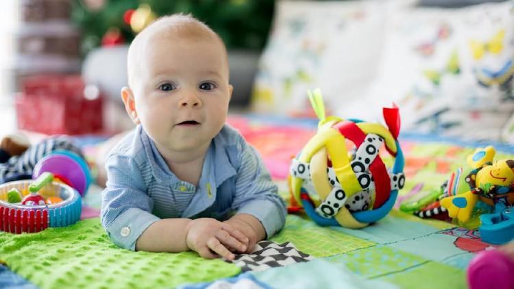 Bayi membutuhkan berbagai mainan untuk menstimulasi tumbuh kembangnya. Berikut ini 7 mainan yang bisa Bunda berikan sebagai kado untuk bayi.