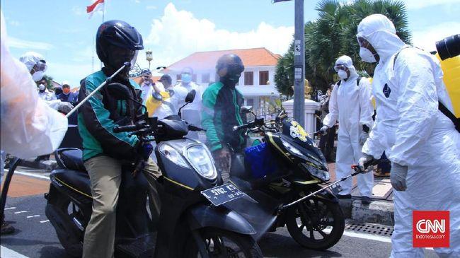 Sekitar 600 driver ojek online di Surabaya, disemprot disinfektan oleh Pemprov Jatim sebagai upaya pencegahan penularan virus corona.