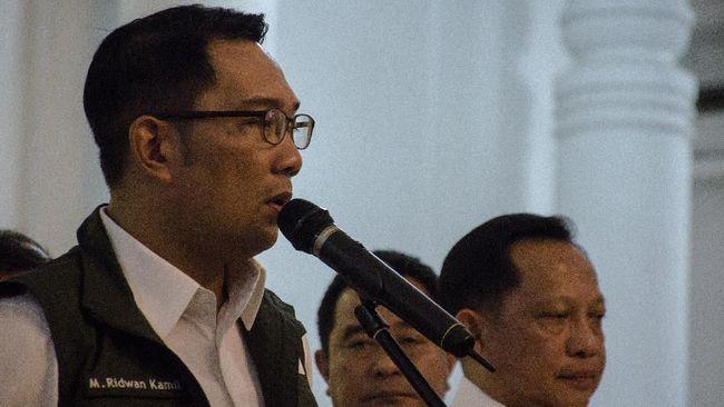 Gubernur Jawa Barat Ridwan Kamil mengaku sedih karena 72 persen warganya meminta uluran tangan bansos akibat pandemi covid-19.