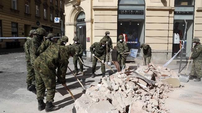 Ketika gempa reda, tentara Kroasia membersihkan reruntuhan bangunan di jalanan. (AP Photo/Darko Bandic)