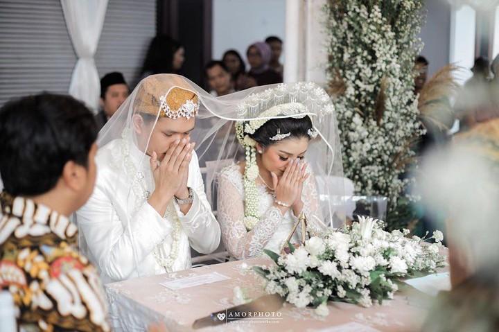 Presenter Feni Rose baru saja mengantarkan putri sulungnya menikah. Berikut deretan foto pernikahan Giannirma Gavrila, momen bahagia juga mengharukan.