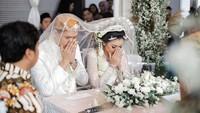 <p>Putri sulung Feni Rose, Giannirma Gavrila resmi menikah dengan Janed Kharisma, Sabtu (21/3/2020). Acara digelar sederhana saja, Bunda. (Foto: Instagram @nikenwap)</p>