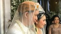 <p>Sehari sebelum akad nikah, kedua mempelai menjalani proses siraman. Pengajian pun digelar di kediaman Feni Rose. (Foto: Instagram @nikenwap)</p>