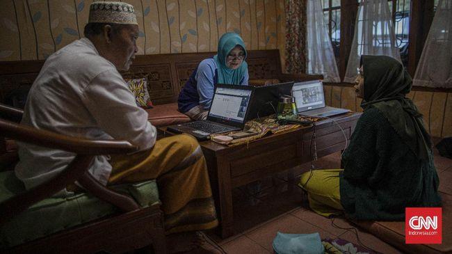 (kanan) Annisa Retno Utami (27) sedang melakukan work from home (WFH) di kediamannya di Cijantung, Jakarta Timur, Jumat, 20 Maret 2020. Annisa yang merupakan karyawan swasta dan dosen mulai menjalankan WFH sejak 16 Maret 2020. CNN Indonesia/Bisma Septalisma