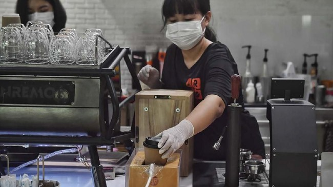 Barista di kafe-kafe Thailand tak sepenuhnya berhenti melayani. Mereka menggunakan boks-boks untuk mengantarkan kopi dan mengambil uang dari pelanggan.