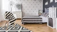 <p>Ingin terlihat lebih bebas? Warna monokrom bisa diaplikasikan menjadi cat dinding kamar tidur. (Foto: iStock)</p>