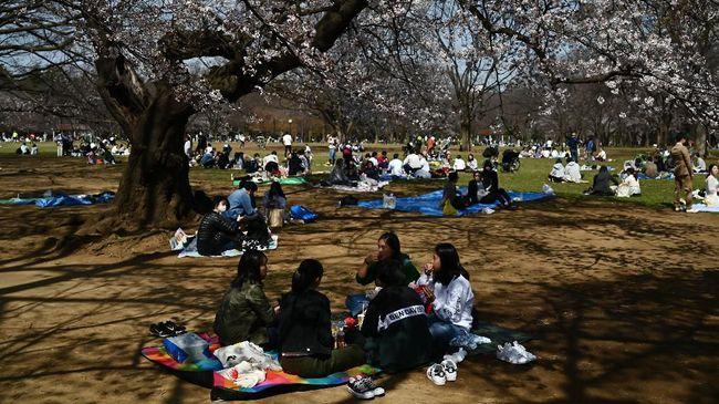 Angka kasus positif virus corona di Tokyo bertambah drastis pekan ini, namun pemerintah Jepang bersikeras tak berlakukan lockdown.
