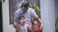 <p>Wah, seru banget Kala dan Kaba main bareng ayah Hanung. Ini jadi salah satu cara keluarga Zaskia menikmati kampanye 'di rumah aja'. (Foto: Instagram @zaskiadyamecca)</p>