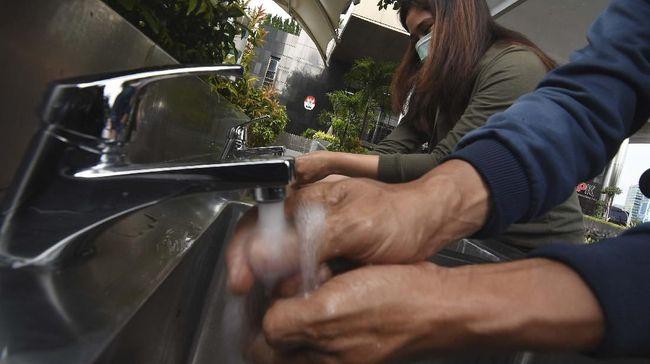 Jurnalis mencoba fasilitas cuci tangan yang dipasang di depan Gedung KPK, Jakarta, Selasa (24/3/2020). KPK menyediakan fasilitas cuci tangan bagi pengunjung dan karyawan sebelum memasuki gedung guna mencegah penyebaran pandemi COVID-19. ANTARA FOTO/Indrianto Eko Suwarso/aww.