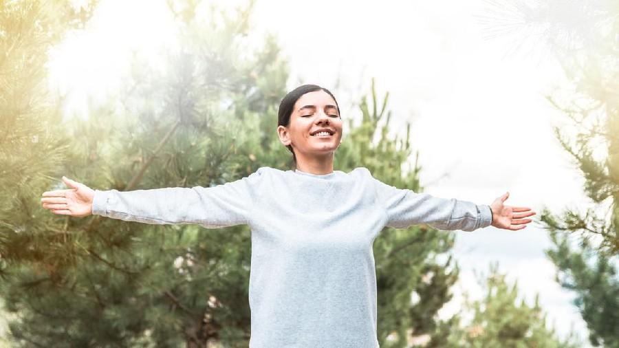 Matahari Pagi Baik untuk Imunitas, Kapan & Berapa Lama Baiknya Berjemur?