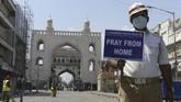 Di tengah pandemi corona, ibadah massal ditiadakan di berbagai negara dan berganti dengan memanjatkan doa dari balik tembok rumah.