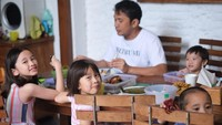 """<p>Di caption foto ini Zaskia menulis, """"Moment mahal karena sangat jarang terjadi tiap makan bisa duduk bareng satu meja... #dirumahaja"""". (Foto: Instagram @zaskiadyamecca)</p>"""